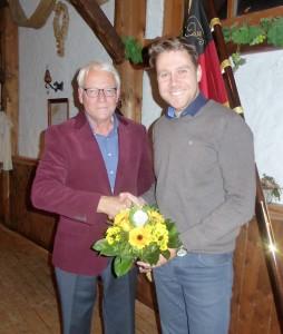 Amtsübergabe: Der neue Vorsitzender Rolf Harder (links) wird für dessen Wahl vom  alten Vorsitzenden Kevin Müller beglückwünscht.